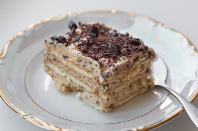 Nam Phi: Bánh tart bạc hà Bánh bạc hà không phải là món ăn mà chúng ta sẽ nghĩ đến như một món tráng miệng mát lạnh cho mùa hè, song ở Nam Phi, đây là món tráng miệng phổ biến. Món ăn này được làm từ bánh quy, socola bạc hà, sữa đặc có vị caramel và kem orley whip, loại không có sữa. Việc xếp lớp đảm bảo mọi hương vị đều tỏa ra và giúp cho việc tạo hình bánh trở nên dễ dàng. Ảnh: Shutterstock