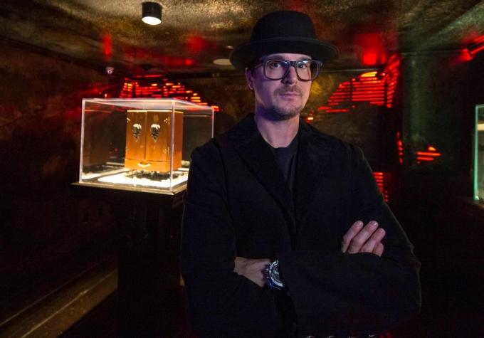 Zak Bagans chụp ảnh cùng chiếc hộp Dybbuk, một hiện vật ma ám theo thần thoại Do Thái. Ảnh: Las Vegas Review-Journal