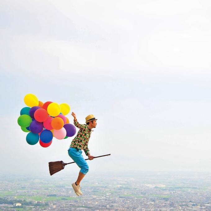 Nhiếp ảnh gia sáng tạo Halno Kujiraoka đến từ Nhật Bản, nổi tiếng trên mạng xã hội Instagram với bộ ảnh cưỡi chổi bay khắp thế giới. Anh được cộng đồng yêu du lịch đặt tên là Harry Potter của Nhật Bản.