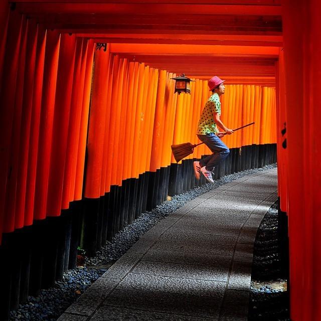 Để thực hiện bộ ảnh, Halno bắt khoảnh khắc khi anh nhảy lên, hai chân kẹp chắc chổi giống như đang bay. Trong ảnh là hàng nghìn cánh cổng tại đền Fushimi Inari-taisha, một điểm du lịch nổi tiếng tại Kyoto, Nhật Bản. Đây từng là bối cảnh cho bộ phim Hồi ức của một geisha.