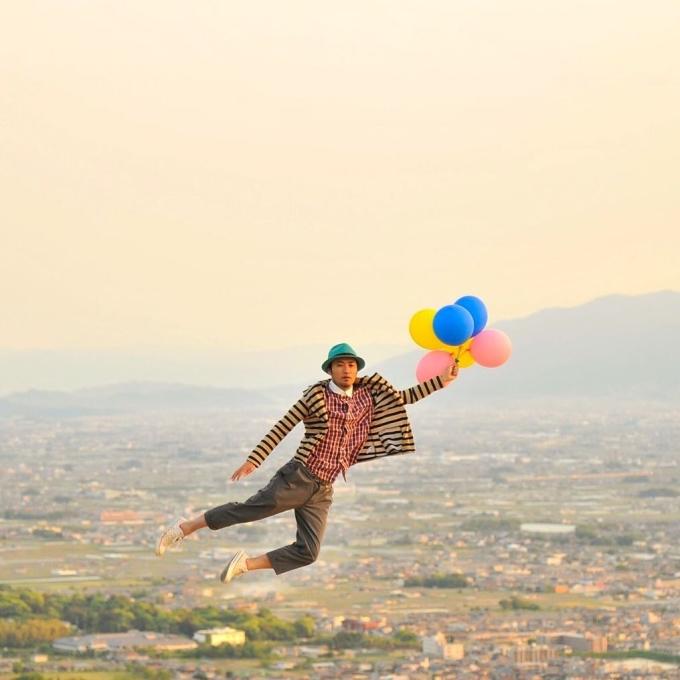 Với chùm bóng bay, Halno cũng có thể bay khắp nơi.