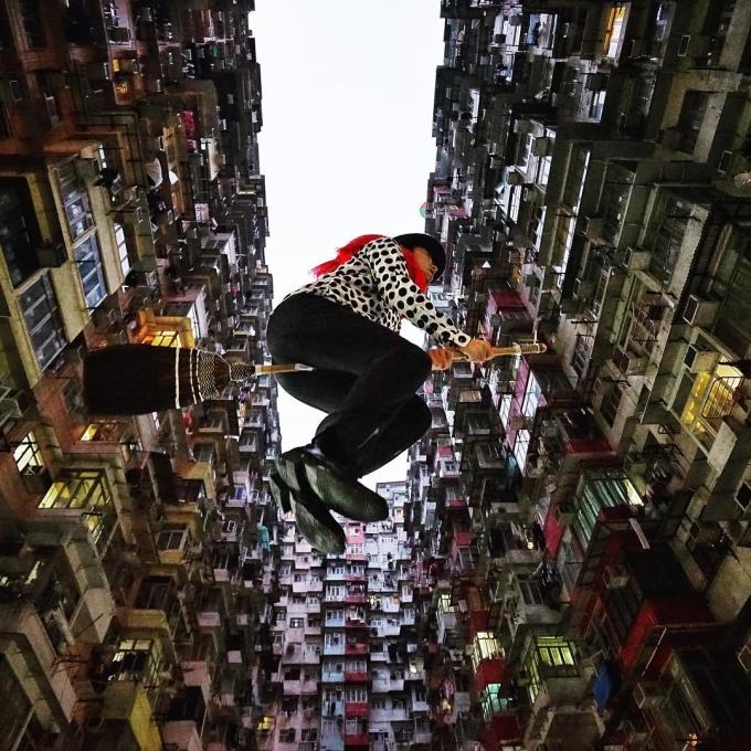 Cùng cây chổi của mình, Halno vượt khỏi biên giới nước Nhật, bay đến khắp nơi trên thế giới. Toà nhà Yick Fat tại Hong Kong gây ấn tượng với những dãy nhà xếp san sát nhau. Địa điểm này luôn được liệt kê vào danh sách những điểm check-in không thể thiếu khi đến thăm xứ Cảng Thơm