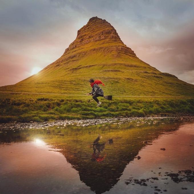 Núi Kirkjufell (núi Nhà thờ) tại Iceland trông giống như một kim tự tháp tam giác nguy nga, nhưng thực ra nó là một ngọn núi hình thang khi nhìn từ bên cạnh. Ngọn núi được nhiều khách du lịch biết đến kể từ khi xuất hiện trong series phim Trò chơi vương quyền. Kirkjufell quyến rũ với cảnh quan xung quanh đẹp như tranh với các con suối và thác nước chảy vắt qua.