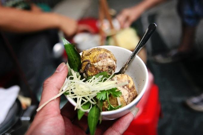 Ở Hà Nội, trứng vịt lộn luộc là món ăn phổ biến vào mỗi sáng. Người ta có thể ăn 1-2 trứng lộn như món sáng tương tự phở, xôi, bánh cuốn, bánh giò... Trứng vịt lộn luộc chín, khi ăn bóc vỏ, cho trứng vào chén nhỏ, thêm rau răm, vài lát gừng cắt sợi. Món ăn nhiều đạm có vị béo của trứng hòa vị cay nồng của rau răm làm kích thích vị giác ngày mới. Ảnh: Di Vỹ