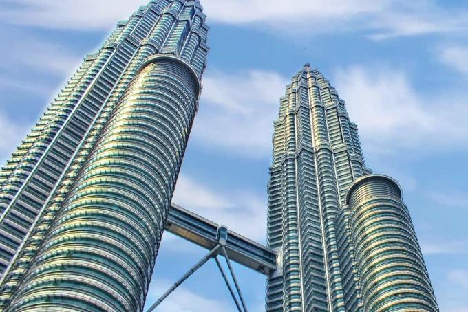 Tháp đôi Petronas ở thủ đô Kuala Lumpur là tòa nhà chọc trời cao nhất thế giới cho đến năm 2004 với chiều cao 451,9 m và gồm 88 tầng. Sau đó, nó lần lượt bị các công trình khác qua mặt như Taipei 101 ở đảo Đài Loan, tháp Burj Khalifa của Dubai... Tuy vậy hiện nay, nó vẫn là tòa nhà đôi cao nhất thế giới. Ảnh: Tiqets