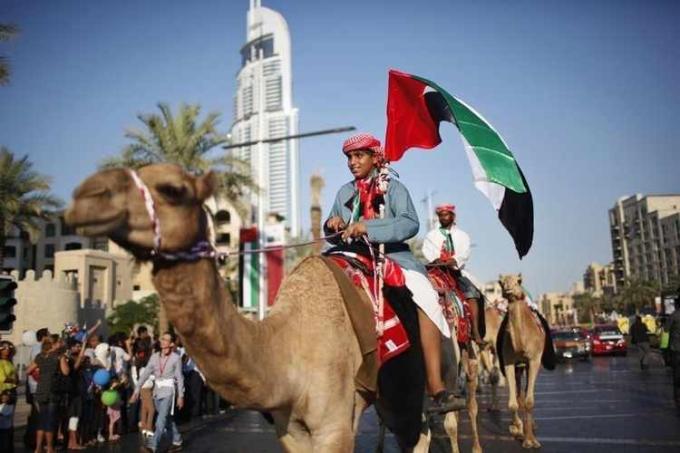 Số lượng người cư trú tại UAE đến từ hơn 200 quốc tịch, và Arab là ngôn ngữ chính thức. Dù vậy, ngôn ngữ được dùng tương đối phổ biến tại đây là Anh, Hindu, Farsi, Urdu. Ảnh: Zawya