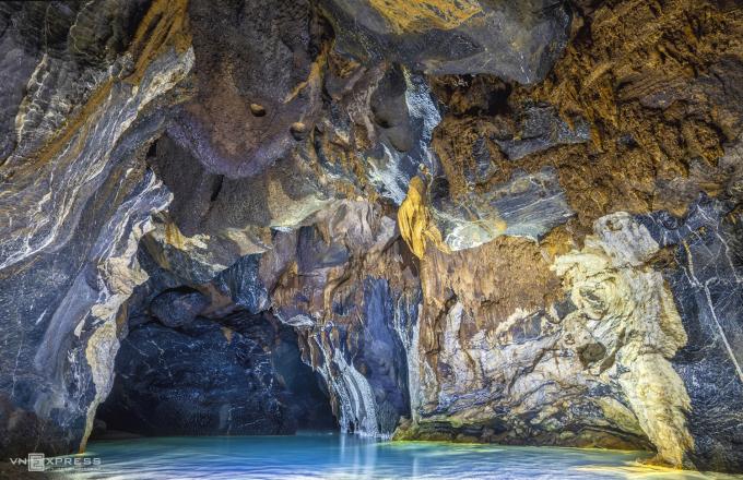 Hang Va được đánh giá là một trong những hang động quý giá nhất trong danh sách 300 hang đã được tìm thấy của tỉnh Quảng Bình. Ảnh: Nguyễn Huy Trung.