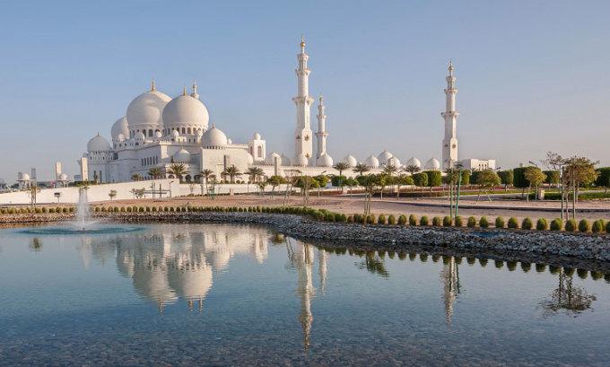 Nhà thờ Hồi giáo Sheikh Zayed Grand nằm ở thủ đô Abu Dhabi được coi là địa điểm hành hương linh thiêng nhất trong cả nước. Công trình này được xây dựng từ năm 1996 đến 2007. Đây là nhà thờ Hồi giáo lớn nhất ở Các Tiểu vương quốc Arab Thống nhất. Ảnh: Alphacoders
