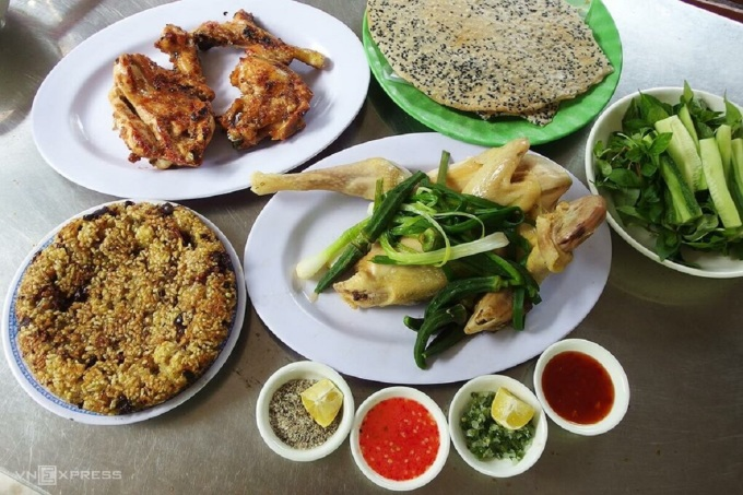 Besides the delicious way to make chicken, the chicken dipping sauce at Huu Lai restaurant is also popular with diners near and far.  Photo: Spirit
