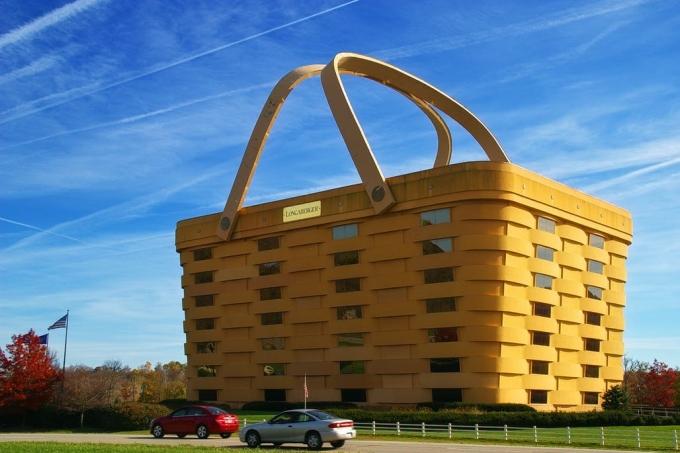 Trụ sở chính của công ty sản xuất giỏ Longaberger Basket tại Newark, Mỹ được xây dựng vào năm 1997. Ý tưởng về tòa nhà với hình dáng một chiếc giỏ khổng lồ thuộc về Dave Longaberger, chủ sở hữu công ty. Ban đầu, ông muốn tất cả các nhà máy của công ty mình đều có hình dạng những chiếc giỏ có thương hiệu, nhưng dự án hóa ra lại quá tham vọng. Năm 2018, những người thừa kế của Dave đã bán tòa nhà này cho một chủ sở hữu mới, người dự định sẽ biến nó thành một khách sạn và nhà hàng năm sao. Tuy nhiên, kế hoạch này đã bị cản trở bởi đại dịch Covid-19. Năm 2020, chiếc giỏ khổng lồ lại được rao bán. Ảnh: Niagara66/Wikimedia Commons
