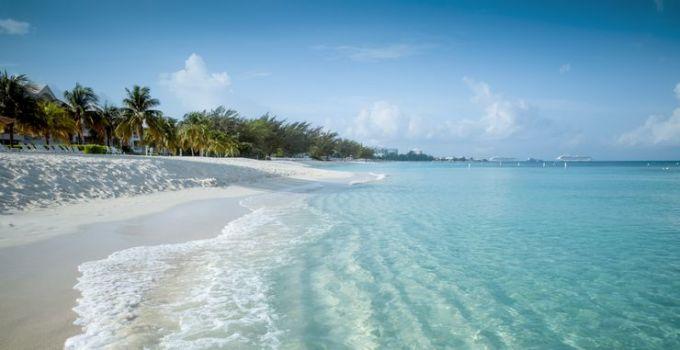 Biển Carribean có những bãi biển thuộc top đẹp nhất thế giới. Tại đây, hầu hết các khu nghỉ dưỡng và khách sạn nằm ven biển, hoặc cách biển một đoạn đi bộ ngắn. Những bãi biển tại đây đặc trưng với quang cảnh của miền nhiệt đới với cây dừa và những bãi cát trắng trải dài. Ảnh: Shutterstock