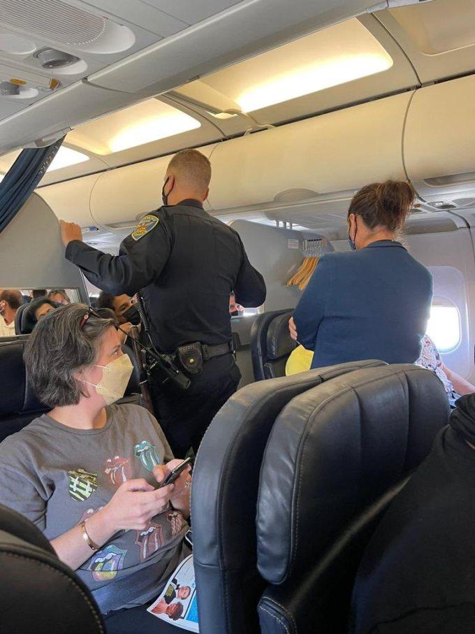 Chỗ kê tay - nơi gây ra nhiều mâu thuẫn trên máy bay
