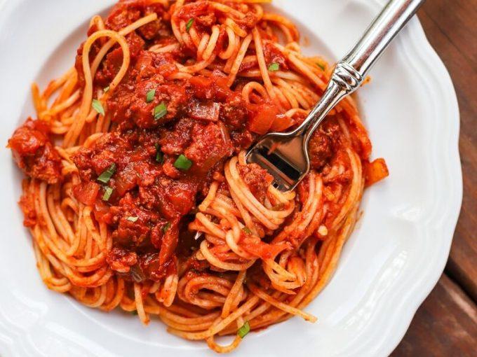 SpaghettiThường được gọi là mì Ý, có hình dạng trụ dài, sợi nhỏ. Loại mì ống ngon nhất mọi thời đại phải là spaghetti. Nó hoàn hảo với mọi loại nước sốt,  Chanthy Yen, người sáng lập Touk và là đầu bếp của Parliament Pub & Parlour ở Montreal, Canada. Yen nói mình có kỷ niệm khó quên khi lần đầu tiên được ăn mì Ý cùng thịt băm nhỏ và nhanh chóng bị sét đánh với món ăn này. Còn Jamie Halsall, bếp trưởng của Cin Cin ở Brighton, Anh nói: Nó có thể đem lại sự thoải mái trong một ngày mùa đông lạnh giá với đĩa mì phủ đầy nước sốt, hoặc ăn kèm với ngao, hải sản và một ly đồ uống. Ảnh: A healthy slice of life