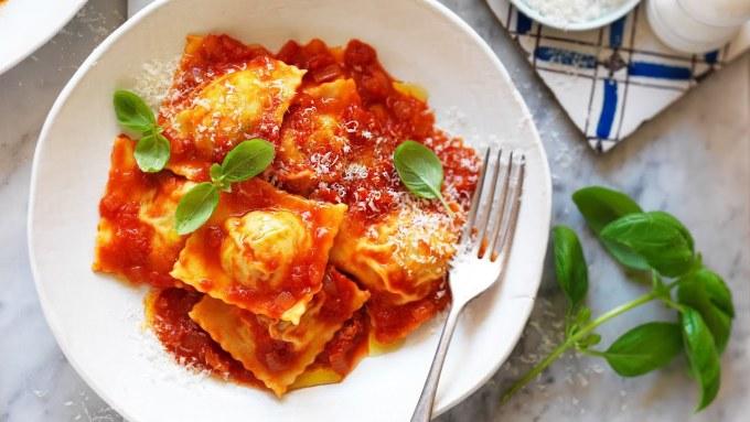 RavioliCòn được thực khách gọi với tên Bánh bao Ý, ravioli là một loại pasta có nhân bên trong, được bọc bên ngoài là một lớp bột mì mỏng. Nó thường có hình vuông, tuy nhiên bạn có thể ăn món ravioli trong hình bán nguyệt hoặc tròn. Loại mì ống tốt nhất với tôi là ravioli. Nó đòi hỏi bạn phải dành nhiều tình yêu, tâm huyết vì đây là món làm thủ công và cần sự cân bằng hoàn hảo giữa vỏ bánh - nhân. Trong những năm qua, tôi đã luôn say mê loại mì này và tạo ra các món ăn mới từ chúng, Prashant Chipkar, bếp trưởng kiêm giám đốc ẩm thực tại Masti từ Dubai, UAE nói.