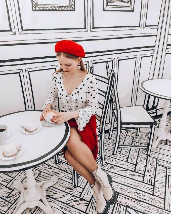 Cafe Bw là một quán cà phê có hai chi nhánh ở Moscow và Saint Petersburg lấy cảm hứng từ hình ảnh hoạt hình 2D và hai gam màu đen trắng cơ bản. Nhờ có diện mạo độc đáo mà quán cà phê này thành điểm check-in hấp dẫn với giới trẻ Nga.