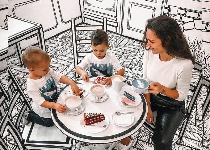 Không gian uống kỳ của quán Cafe Bw khiến cho những món đồ uống và khách nổi bật hẳn trong khung hình.