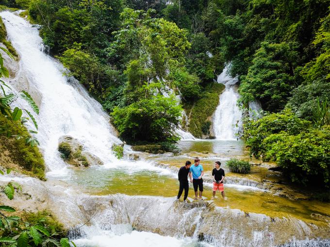 Nước chảy từ thác đổ xuống các vực có làn nước trong xanh. Ảnh: Trịnh Nam Thái