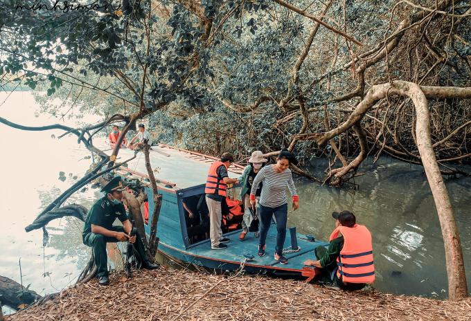 Nhóm của Nhật Minh đã có chuyến du ngoạn bằng thuyền trên sông Vàm Cỏ Đông để nhìn ngắm cảnh quan khu rừng và các loài chim, thú. Ảnh: NVCC