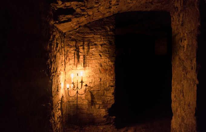 Bên dưới những con phố của thủ đô Scotland là một thế giới tối tăm, ẩm thấp, có từ thế kỷ 18, được biết đến với tên gọi Edinburgh Vaults. Thành phố ngầm này mở cửa vào năm 1788, ban đầu được xây dựng để làm quán rượu, lò luyện kim, nơi lưu trữ những vật liệu bất hợp pháp... Một trong những truyền thuyết đáng sợ gắn với nơi này là nó từng được kẻ giết người hàng loạt Burke và Hare giấu thi thể các nạn nhân xấu số. Ngày nay, chúng vẫn gợi lên cảm giác đáng sợ, lạnh gáy đối với nhiều người. Dù vậy, nó vẫn là một điểm đến đáng để ghé thăm với các du khách ưa thích cảm giác mạnh. Ngày nay, bạn có thể ghé thăm nơi đây và lắng nghe những câu chuyện truyền thuyết rùng mình về nơi này qua lời kể của các hướng dẫn viên du lịch.