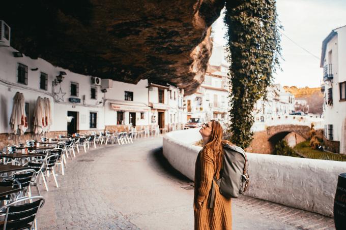 Setenil de las Bodegas, là một thị trấn nhỏ ở Tây Ban Nha và có đặc điểm hơi khác so với những cái tên được kể phía trên. Thay vì nằm dưới lòng đất, thị trấn này nằm dưới những tảng đá khổng lồ, dọc theo một hẻm núi hẹp gần sông Rio Trejo. Những ngôi nhà này được xây dựng với mục đích thiết thực: tránh nóng vào mùa hè và giữa ấm áp trong mùa đông. Người dân định cư ở đây nhiều năm và ngày nay, nó là một điểm đến hút khách tại xứ sở bò tót.Dù là trấn nhỏ, du khách vẫn có nhiều thứ để làm ở đây như tới các quán tapas nhỏ nằm ẩn mình bên dưới hẻm núi, thưởng thức các món ngon địa phương như dầu ô liu, mật ong, mứt và rượu Andalucia. Nếu là người yêu thiên nhiên, hãy đi bộ xuống El Escarpe de Río Trejo, một khu vực thiên nhiên đa dạng hoặc Ruta de los Bandoleros, nơi truyền cảm hứng cho nhiều truyền thuyết lãng mạn.
