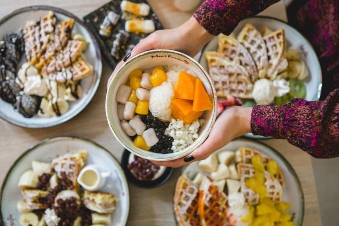 Nổi tiếng với nghệ thuật ẩm thực phong phú và độc đáo, Đài Loan chính là điểm du lịch lý tưởng dành cho những tín đồ ăn uống. Các món tráng miệng tại hòn đảo xinh đẹp này ghi điểm trong mắt thực khách bởi mức giá hạt dẻ, màu sắc bắt mắt cùng hương vị ngọt mát, thơm ngon, thích hợp thưởng thức vào những ngày hè nắng nóng. Ảnh: @meetfreshontario/Instagram