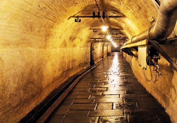 Pilsen, thành phố nằm ở phía tây của cộng hòa Czech, là nơi có ga tàu điện ngầm lịch sử cùng tên - một mê cung dài hơn 20 km. Thế giới ngầm này gồm các lối đi bộ, hầm rượu và cả giếng nước, được xây dựng bên dưới các con phố của thành phố vào thế kỷ 14. Những đường hầm này từng là nơi chứa thức ăn, những thùng bia và là lối thoát hiểm với nhiều người. Tương truyền rằng dưới hầm ngầm còn là nơi chôn giáu một kho báu khổng lồ, nhưng đến nay không ai biết được vị trí chính xác của kho báu đó nằm ở đâu trong các bức tường. Ảnh: Out look India