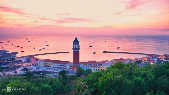Thành phố biển Phú Quốc sở hữu 150 km đường bờ biển, 22 đảo lớn nhỏ cùng hàng trăm khách sạn, khu nghỉ dưỡng, khu du lịch. Trong thời gian dừng đón khách quốc tế, Phú Quốc vẫn liên tục nằm trong top điểm đến yêu thích của khách nội địa. Ảnh: Ngọc Thành.