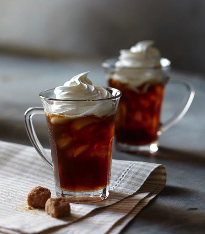Cà phê đá đường nâu IrelandLoại đồ uống đặc trưng của Ireland này phù hợp để chiêu đãi bản thân sau một ngày dài, hoặc chuẩn bị cho một đêm dài cần thức khuya. Vị đồ uống được cân bằng giữa vị đắng của cà phê đen và vị ngọt của đường nâu đun chảy, trộn với kem béo. Một chút rượu whisky đặc trưng của Ireland được thêm vào, đưa món đồ uống này lên một đẳng cấp mới. Ảnh: Williams Sonoma Taste