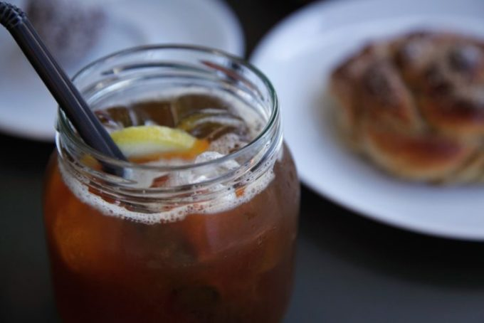 KaffelemonadMón giải khát phổ biến của người Thụy Điển là cà phê nước chanh. Đồ uống này có cách pha chế rất đơn giản: Trộn nước chanh vào ly cà phê đá. Thực khách cũng có thể tự sáng tạo bằng cách thêm nước tonic, siro vỏ chanh hoặc đá viên vị cà phê. Ảnh: Sprudge