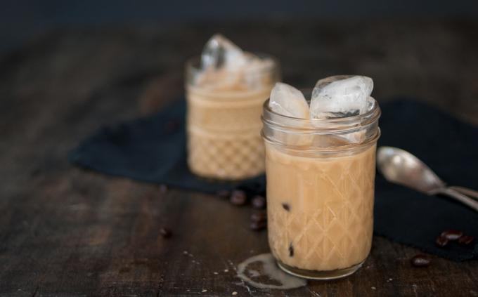 Latte hạnh nhân và hạt mắc caĐược mệnh danh là cà phê đá xay ngon nhất tại Mỹ, hương vị của đồ uống này là sự pha trộn giữa sữa mắc ca và hạnh nhân, cà phê espresso và đá, được rót vào một cốc thủy tinh Mason. Thức uống này thường được dùng như một món tráng miệng, giúp thực khách nhẹ miệng hơn so với uống cà phê có kem tươi. Ảnh: Nicole McQuade