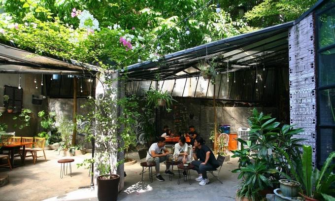 Quán cà phê được nhiều người, nhất là người trẻ lựa chọn làm chốn hẹn hò vì không gian rộng rãi, khoáng đạt, đa dạng, gần gũi thiên nhiên, chan hòa nắng gió.