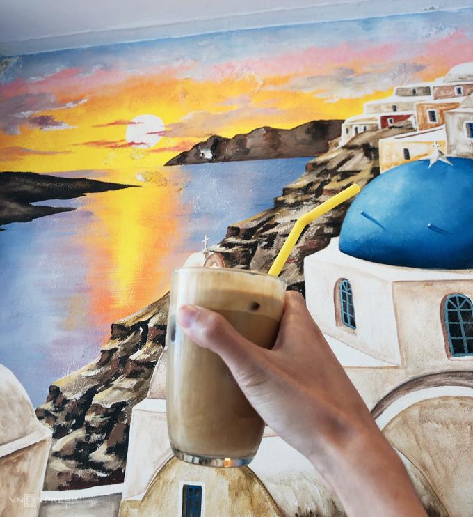 FrappeFrappe của Hy Lạp là một loại cà phê có bọt, pha từ cà phê hòa tan được phun sấy khô, đường, đá viên và nước. Tất cả được lắc trong một bình lắc cocktail hoặc một máy trộn cầm tay. Thức uống có lớp bọt dày này là thức uống yêu thích được nhiều du khách lựa chọn để xua tan cái nóng mùa hè của miền Địa Trung Hải. Ảnh: Trung Nghĩa