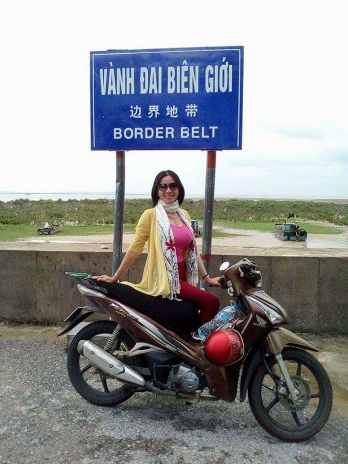 Bạn đồng hành của cô Oanh trong các chuyến đi xuyên Việt là chiếc xe máy đã mua gần 10 năm.