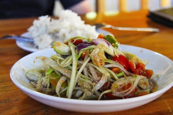 Tam mak hoongĐây là món ăn giống son tam của ẩm thực Thái Lan, hay còn gọi là nộm đu đủ, với sự pha trộn hoản hảo của mọi hương vị của Lào: cay, chua, mặn, ngọt... Người Lào có thể thay đu đủ bằng các nguyên liệu khác như xoài xanh, chuối xanh... thái sợi hoặc cắt mỏng trộn với các loại gia vị như ớt, chanh, muối, đường và mắm. Ngoài ra, nhiều nơi cũng trộn thêm các thành phần khác như hải sản. Ảnh: Migrationology