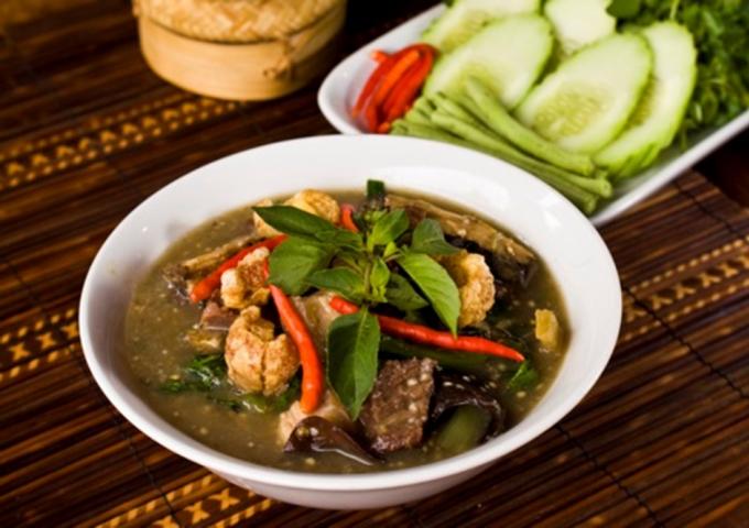 Or Lam Là món hầm cay, có nguồn gốc từ Luang Prabang và nguyên liệu chủ yếu là rau như đậu, cà tím, sả, hứng quế, nấm rừng, các loại rau thơm, ớt và Mai Sakaan. Mai Sakaan là một loại cây có vị cay, được trồng ở địa phương. Chúng khá sơ nên bạn có thể nhai mai sa kaan để thưởng thức hương vị rồi bỏ bã. Ngoài ra, món này cũng có thể nấu thêm cùng các loại thịt như bò, gà, trân... để tăng độ ngon. Một sự kết hợp với món này chính là xôi nếp của Lào.