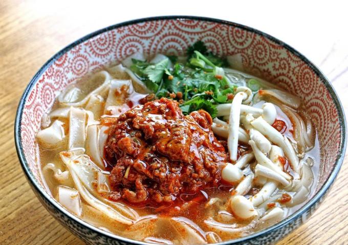 Khao soiMón ăn khá giống phở Việt Nam, nhưng nguyên liệu đơn giản hơn. Nó gồm các sợi mì bản to, với thịt băm ninh nhừ cùng cà chua. Món ăn này khác với Thái Lan là không có nước cốt dừa. Ảnh: Bestprice Travel