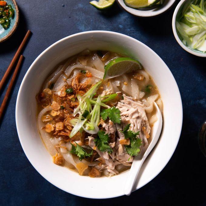 Khao Piak SenCòn gọi là Phở Lào, món ăn này được nhiều du khách quốc tế đánh giá là bữa ăn đầu tiên chào ngày mớn tuyệt vời cho mọi chuyến du lịch ẩm thực nào. Bạn có thể tìm thấy món ăn này ở bất kỳ góc phố nào vì Khao Piak Sen rất phổ biến với người dân địa phương. Nét độc đáo của món ăn là các sợi bánh gạo dày và được làm thủ công.