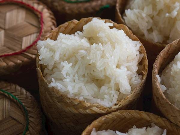 XôiNgười Lào thường làm các món xôi đặc biệt vào những ngày kỷ niệm tôn giáo. Người dân tiêu thụ rất nhiều gạo nếp và tin rằng họ ăn gạo nếp nhiều hơn bất kỳ nước nào trên thế giới. Họ còn tự đặt biệt danh là luk khao niaow, nghĩa là những đứa con của gạo nếp. Ảnh: Taste Atlas
