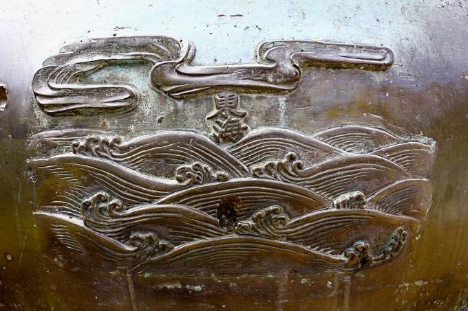 Cửu đỉnh cũng được coi là bộ sách địa chí của Việt Nam, với những địa danh, thắng cảnh tiêu biểu được giới thiệu đủ trên khắp 3 miền, thể hiện một tư tưởng hoà bình, thống nhất đất nước. Đặc biệt, triều đình nhà Nguyễn đã xác lập chủ quyền lãnh hải quốc gia Việt Nam trên Cửu đỉnh ở 3 chiếc đỉnh lớn nhất. Đó là hình ảnh của Đông Hải (Biển Đông - khắc trên Cao đỉnh), và cả các vùng biển Nam Hải (biển phía nam đất nước, khu vực các tỉnh Bạc Liêu, Cà Mau – khắc trên Nhân đỉnh), Tây Hải (biển phía tây đất nước, khu vực các tỉnh Cà Mau, Kiên Giang, giáp vịnh Thái Lan – khắc trên Chương đỉnh).Trên hình là Đông Hải (Cao đỉnh): Vùng biển phía đông đất nước.