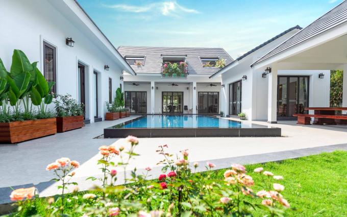 Hiện nay các căn dành cho đoàn 10-15 người có giá trung bình 5-7,5 triệu đồng ngày trong tuần và cao hơn 1-3 triệu đồng cuối tuần. Ảnh: Blue Moutain Villa Sóc Sơn.