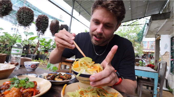 Max nhận xét mỗi món cơm Việt Nam đều có vị ngon riêng và làm anh ấn tượng. Ảnh: Max McFarlin/YouTube