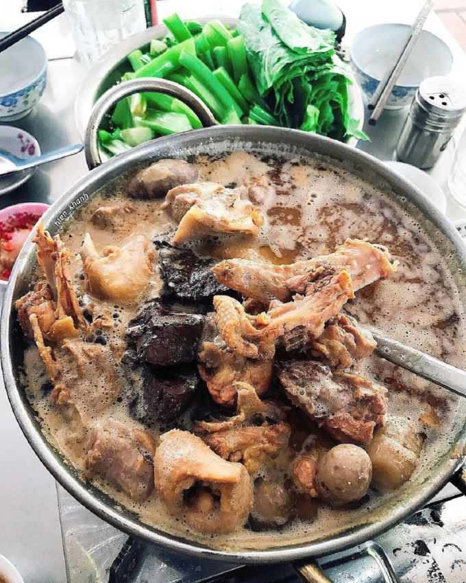 Vịt nấu chao dùng loại vịt đồng, rửa sạch và sơ chế cùng gừng và rượu để khử mùi. Nồi vịt ngon phải có chao ngon, ướp chung với thịt vịt đã chặt nhỏ cùng gia vị và đem đi hầm với nước dừa tươi. Món ăn thêm ngon khi có huyết vịt, khoai môn, dọn ra với rau muống, mồng tơi, cải xanh, kèo nèo để nhúng lẩu ăn với bún. Ảnh: hien_khanh/Instagram