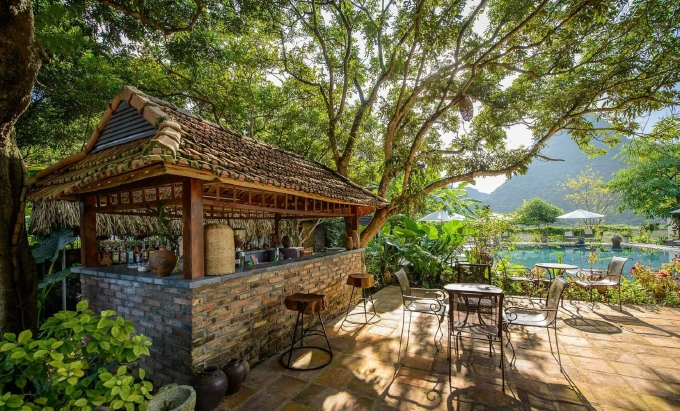 Không gian sân vườn cà phê và bể bơi của khu nghỉ dưỡng. Ảnh: Tam Coc Garden