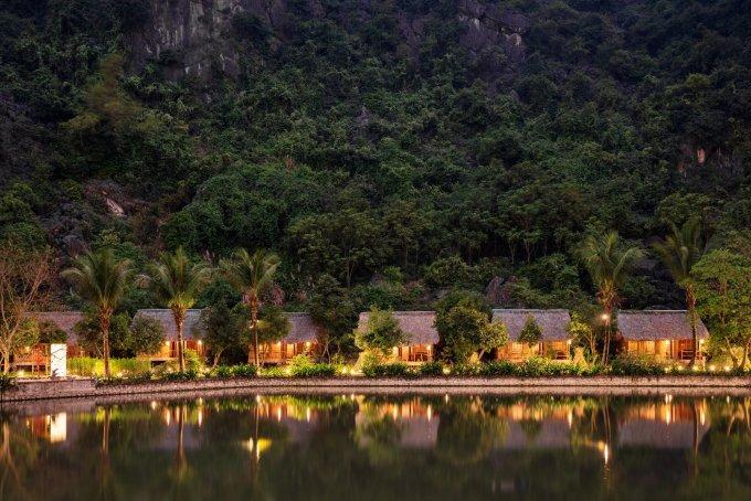 Các bungalow nằm cạnh hồ nước lớn, bao quanh là núi non Thung Chuối. Ảnh: Ans Eco Garden