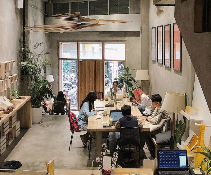 Vui Studio Light space, ideal for working people, so it's easy to meet guests at the next table who are also drunk with laptops or books, creating the feeling of having their own space Photo: VS
