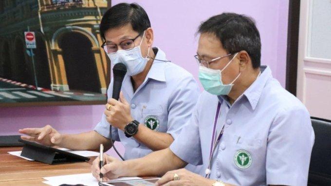 Bác sĩ Kusak Kukiattikoon (trái) trấn an du khách không nên hoảng sợ, vì dội ngũ y tế của Phuket đang làm tốt. Ông cũng kêu gọi mọi người hãy tin tưởng và tuân thủ các biện pháp kiểm soát dịch bệnh của chính phủ. Ảnh: Radio Thailand Phuket