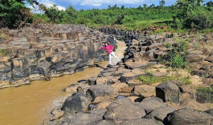 Bãi đá làng Vân có điểm nhấn là dòng suối chảy ngang chia bãi đá làm 2 phần đều nhau. Ảnh: Nguyễn Thị Bích Vân