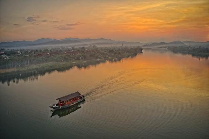 Du thuyền trên sông ngắm hoàng hôn thu hút du khách địa phương.