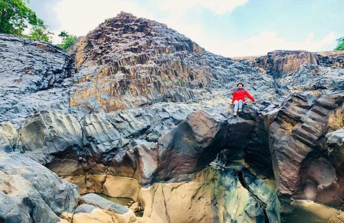 Quần thể đá cổ ở làng Đôn Hyang có hình khối to lớn với nhiều hố trơn, khách tham quan phải mang giày dép chắc chắn, đi lại cẩn thận và giữ gìn vệ sinh chung. Ảnh: Nguyễn Thị Bích Vân