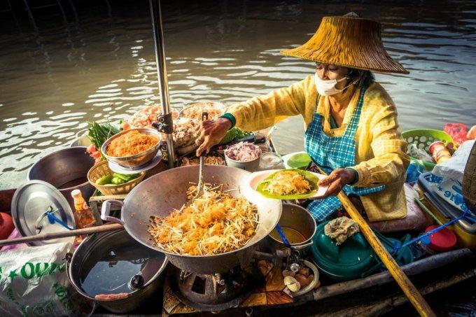 Sau khi pad được mệnh danh là món ăn quốc gia, nó nhanh chóng trở nên nổi tiếng khắp đất nước. Và ngày nay, nó là một trong những lựa chọn hàng đầu của du khách khi ghé thăm. Bạn có thể tìm thấy món ăn này ở mọi nơi trên đất nước xứ sở chùa vàng, từ vùng núi phía bắc đến những con phố sầm uất ở Bangkok. Ảnh: Alamy